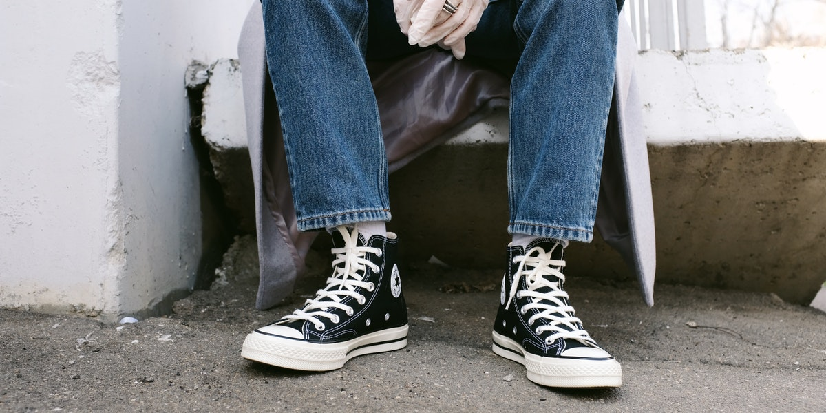 How to Wear Boyfriend Jeans with Sneakers